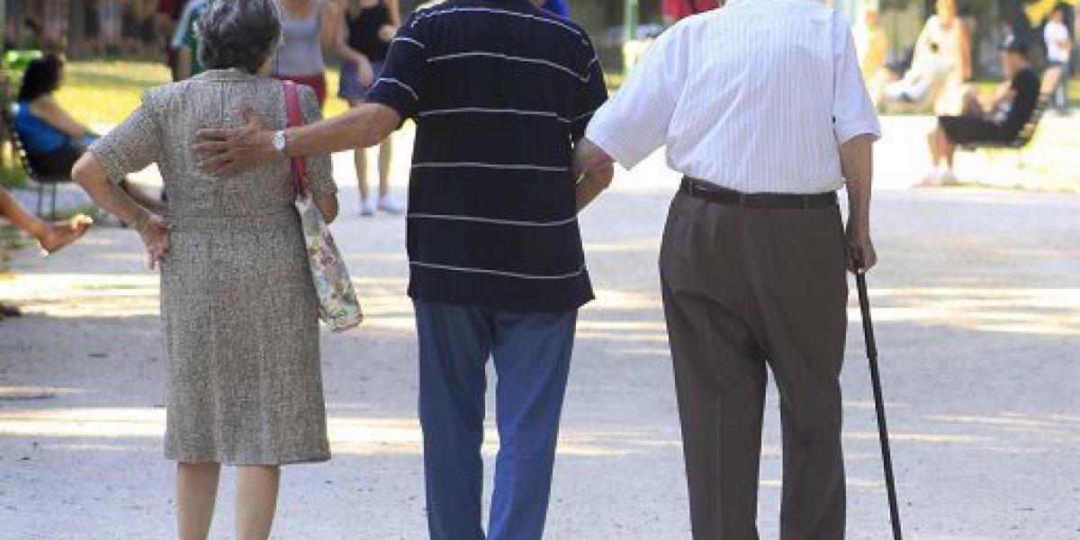 Roma, 13 feb. (askanews) - Nel 2017 i pensionati sono 16 milioni (-23mila rispetto al 2016, -738mila rispetto al 2008) e percepiscono in media un reddito pensionistico lordo di 17.886 euro (+306 euro sull'anno precedente). Le donne sono il 52,5% e ricevono in media importi annui di quasi 6mila euro più bassi di quelli degli uomini. Continuano ad ampliarsi le differenze territoriali: l'importo medio delle pensioni nel Nord-est è del 20,7% più alto di quello nel Mezzogiorno (18,2% nel 2016, 8,8% nel 1983, primo anno per cui i dati sono disponibili). E' la fotografia scattata dall'Istat nel report